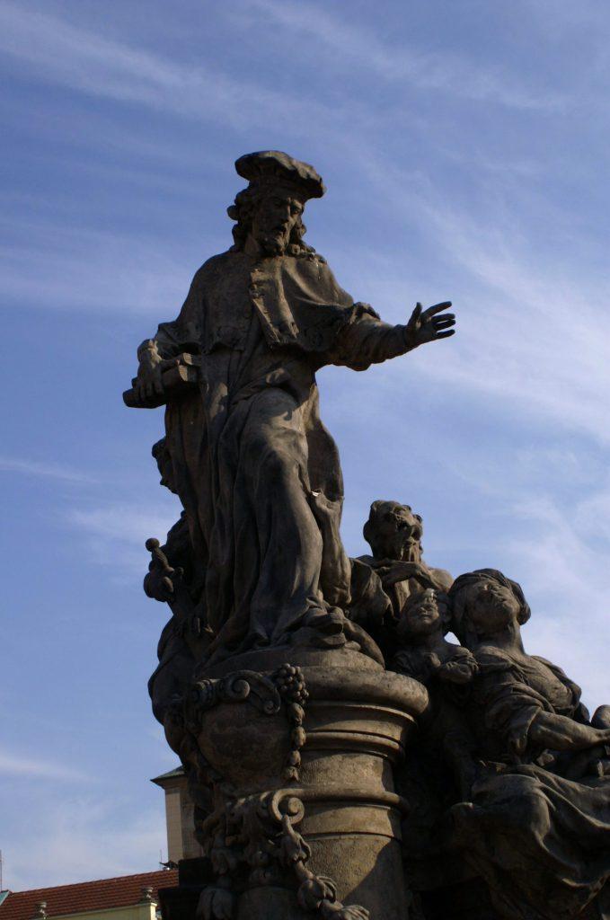 St. Ivo - Skulptur auf der Karlsbrücke in Prag