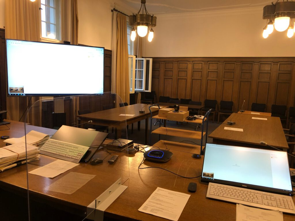 Blick in den Sitzungssaal mit Videoanlage